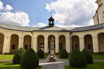 Kirche - Kloster. Krtiny - Tschechische Republik. Jungfrau Maria - Barockdenkmal