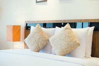 Kissen auf dem Bett mit Licht Lampe
