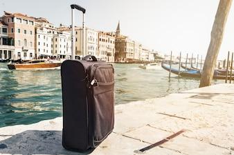Kleine Koffer auf Reisen Städtischer Hintergrund, Venedig, Italien. Horizontal. Toning Reise Urlaub Konzept.
