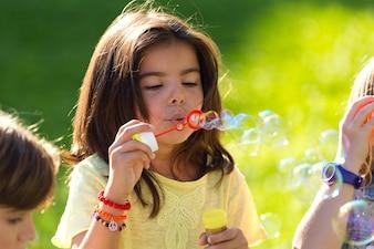 Kleines Mädchen bläst Blasen