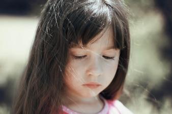 Kleines Mädchen mit traurigem Gesicht