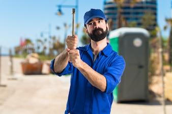 Klempner mit einem Hammer