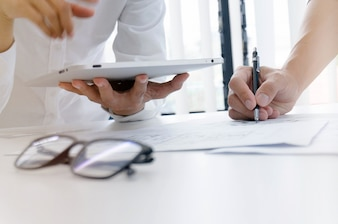 Kollegen Innenarchitekt Corporate Achievement Planung Design auf Blaupause Teamwork Konzept mit Kompassen.