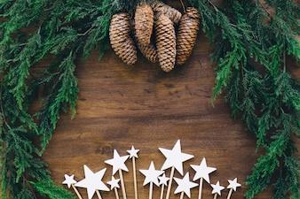 Komposition für Weihnachten mit Zapfen und Sternen