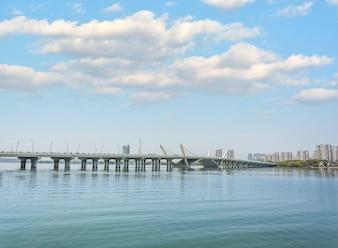 Konkrete Brücke, die das Meer überquert