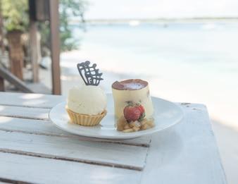 Köstliche Desserts am Strandtisch