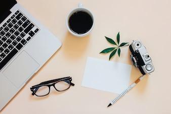Kreativ flach legen Foto von Arbeitsbereich Schreibtisch mit Laptop, smartphon