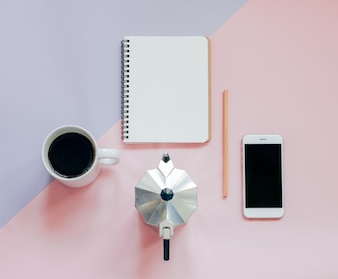 Kreative flache Laien Foto von Arbeitsbereich Schreibtisch mit leeren Notebook, Smartphone, Bleistift, Kaffee und Mokat Pot mit Kopie Raum Hintergrund, minimaler Stil