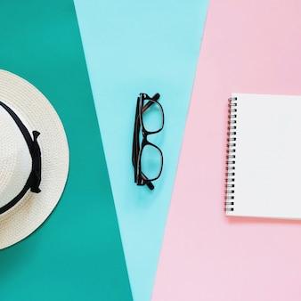 Kreative flache Laien Foto von Mode-Stil mit Brillen, Panama-Hut und Notebook mit Kopie Raum Hintergrund, minimalen Stil