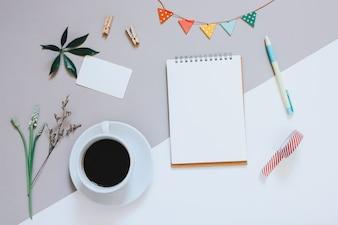 Kreative flache Laien Foto von niedlichen Arbeitsbereich Schreibtisch mit Notebook, Kaffee, Namenskarte und dekoriert niedlichen Handwerk mit Kopie Raum Hintergrund, minimal Stil