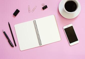 Kreative flache Laien Mockup Design von Arbeitsplatz Schreibtisch mit leeren Notebook, Smartphone, Kaffee, Schreibwaren mit Kopie Raum Hintergrund