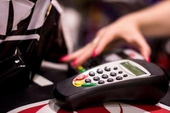 Kreditkartenmaschine. Einkaufskonzept