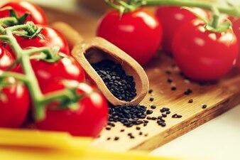 Küche Hintergrund Kochen Essen Konzept. Nahaufnahme des Kochprozesses. Gemüse auf dem Tisch. Kochen der italienischen Pasta. Toning