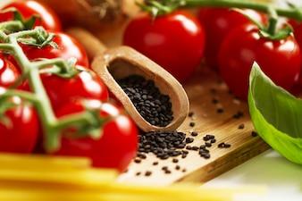 Küche Hintergrund Kochen Essen Konzept. Nahaufnahme des Kochprozesses. Gemüse auf dem Tisch. Kochen der italienischen Pasta.