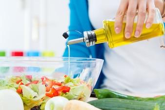 Küche Pfeffer Öl Frau ein