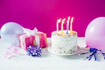 Kuchen bei Geschenkbox und Ballons