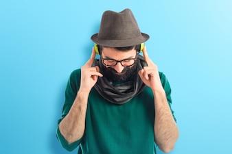 Künstler hört Musik auf buntem Hintergrund