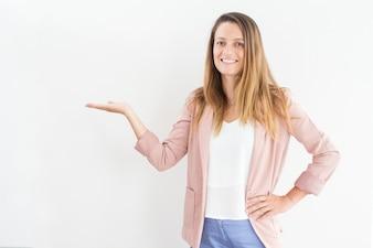 Lächelnde junge Geschäftsfrau zeigt Präsentation