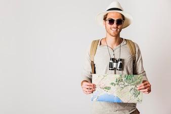 Lächelnder Hipster Tourist mit Karte