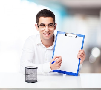 Lächelnder Mann mit einem Scheck Tisch