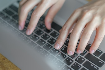 Laptop-Kommunikation Finger ein Leben