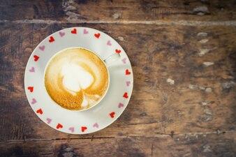 Latte Kaffee auf Holztisch mit Platz