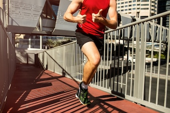 Läufer im roten T-Shirt zeigt Daumen hoch in den Umzug