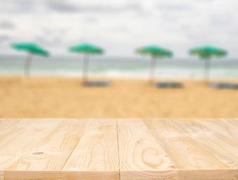 Leere Holztisch Platz Plattform und unscharfen Hintergrund für Produktanzeige Montage.