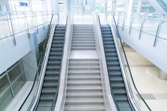 Leere Rolltreppe und Treppe
