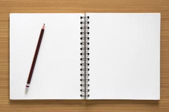 Leere Spirale Notizblock und Bleistift auf Holz Hintergrund
