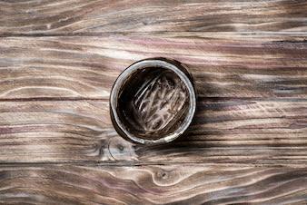 Leeres Glas unter der Schokoladenpaste, Draufsicht