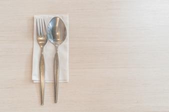 Löffel und Gabel auf dem Tisch