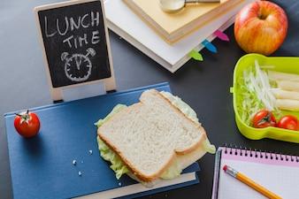 Lunchbox und Bücher