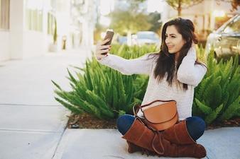 Mädchen brunette auf der Straße an einem warmen Abend