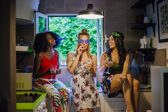 Mädchen, die auf Party scherzen