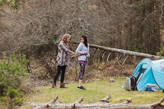 Mädchen hilft ihrem Freund mit den Seilen
