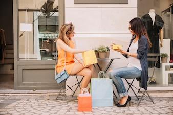 Mädchen im Café mit Einkaufstüten