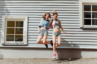 Mädchen in Sommerkleidung Springen