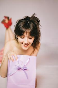 Mädchen öffnen Geschenk