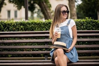 Mädchen trinkt Kaffee