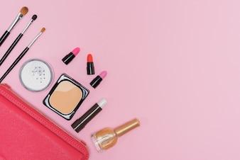 Make-up Kosmetik-Palette und Pinsel auf rosa Hintergrund flach liegen