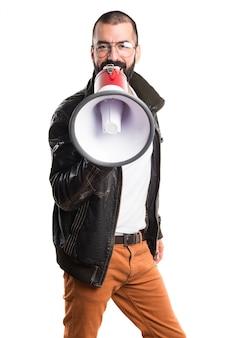 Man trägt eine Lederjacke, die durch Megaphon schreit