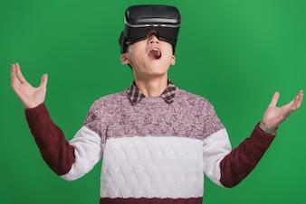 Man trägt virtuelles Headset