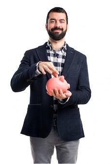 Mann hält ein Sparschwein
