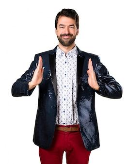 Mann mit Jacke hält etwas