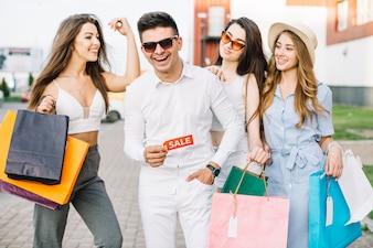Mann mit Verkaufstag und seine Freundinnen