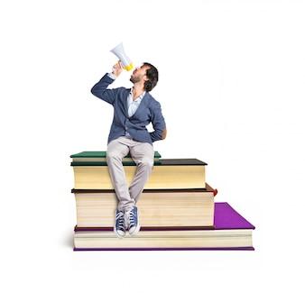 Mann schreit auf Buch