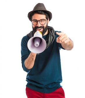 Mann schreit durch Megaphon