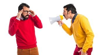Mann schreit zu seinem Bruder