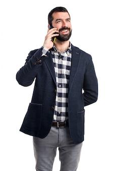 Mann spricht mit mobilen